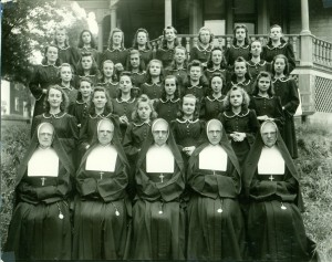 14_Normaliennes devant la première école normale en 1941