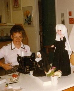 Sœur Céline Martineau à la confection des costumes portés par les religieuses