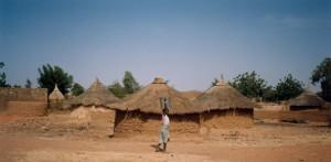 2_Village de Manni (Case et seau d'eau)