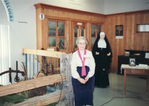 Sœur Marie-Berthe Lavertu à l'entrée du Centre historique